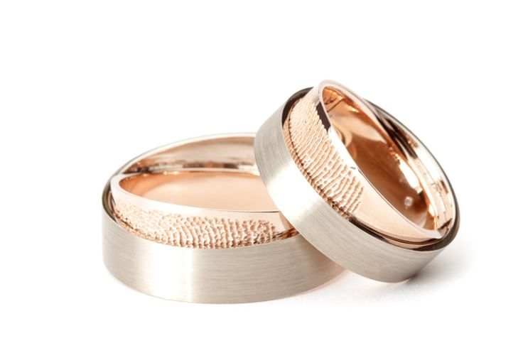 Trouwringen met een vingerafdruk van uw partner in de draairing Together. Door de ringen over elkaar te draaien komt de vingerafdruk tevoorschijn. De vingerafdruk kan zowel aan de binnen- als buitenzijde van beide ringen worden geplaatst.
