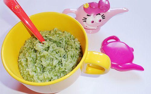 Orezul bob cu bob sau basmati poate sa faca parte din meniul copilului de acum . Tot dupa 8-10 luni se poate introduce spanacul in alimentatia bebelusului. O idee buna este sa-i gatesti orez cu spanac.
