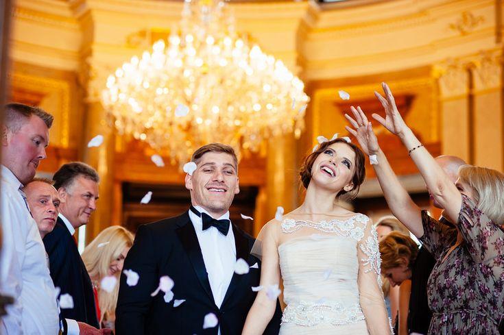 Chateau Liblice. Свадебный фотограф в Чехии: свадебная церемония, выездная регистрация, свадьба в замке, гости на свадьбе,  встреча молодоженов, лепестки роз