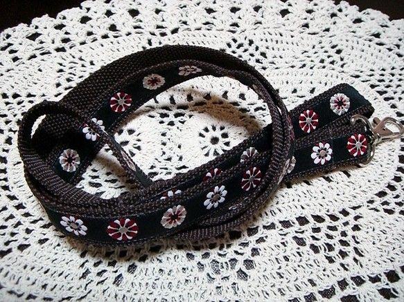 長さ:108cm 幅:2cmUSAリボンをナイロンテープに縫い付けました。お揃いの首輪とお散歩バッグもあります。ぜひご覧下さい。首輪とリードとバッグを一緒にお...|ハンドメイド、手作り、手仕事品の通販・販売・購入ならCreema。