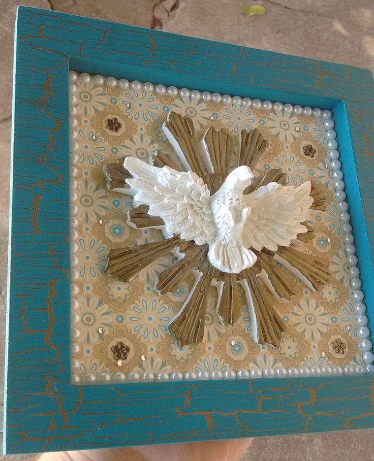 Quadro 20x20cm, moldura com pintura craquelada, aplique em resina pintada em dourado envelhecido e madrepérola, envernizado . Lindo para colocar na entrada de sua casa ou presentear alguém muito especial.