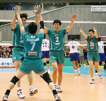 男子決勝でパナソニックを下して優勝し、喜ぶJTの選手=14日、東京体育館 ▼14Dec2014時事通信|JT、三度目の正直=全日本バレー http://www.jiji.com/jc/zc?k=201412/2014121400519