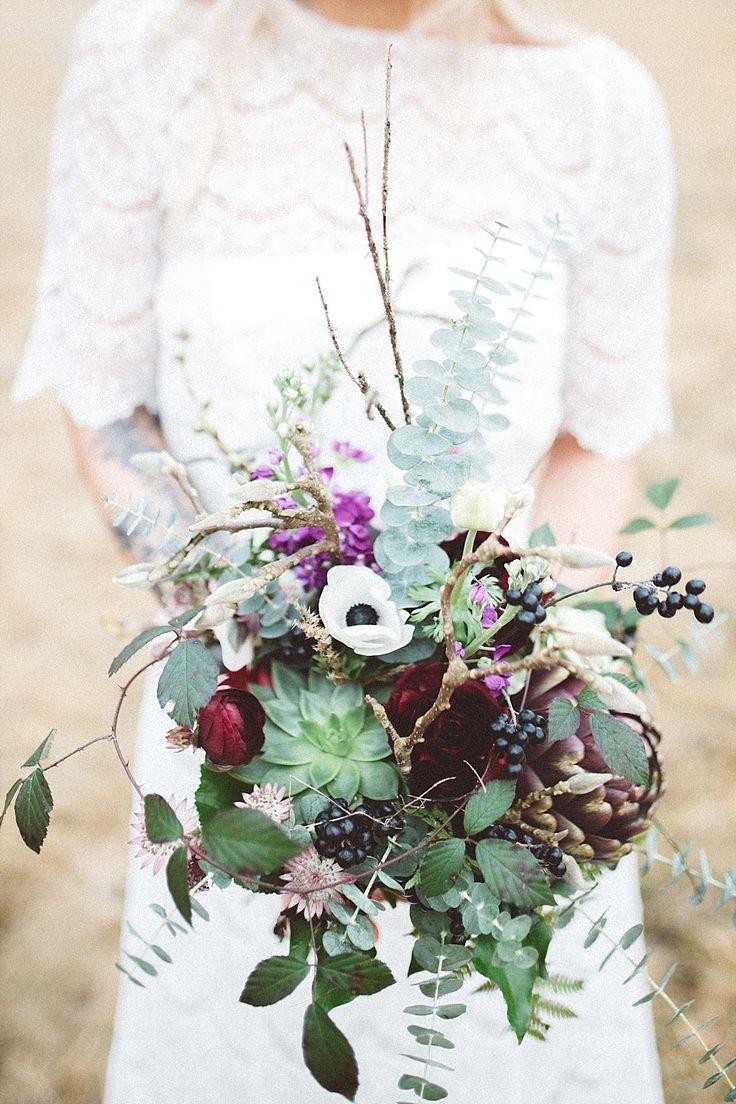 #brautstrauß #bouquet Natürliche Boho Hochzeit in rot und lila | Hochzeitsblog - The Little Wedding Corner
