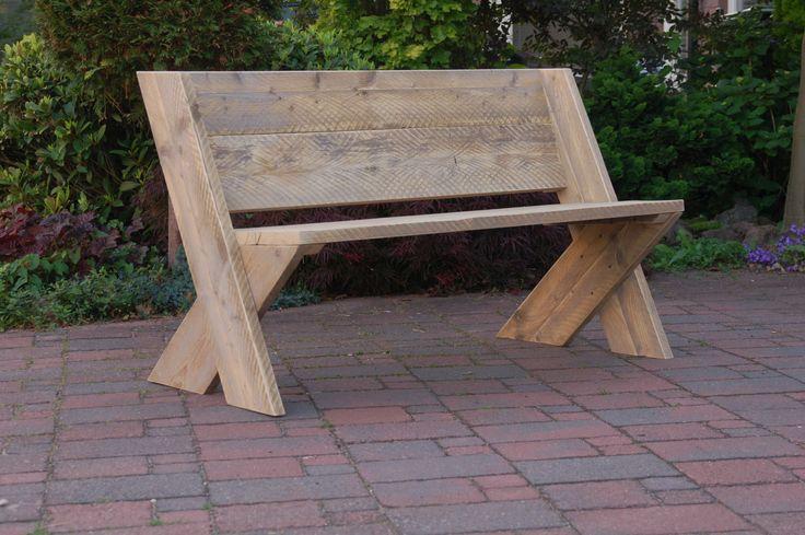 Tuinbank Cross. Door de juiste zithoek, een prima bank van steigerhout om menig avondje op door te brengen. In verschillende maten verkrijgbaar - te koop by www.Johnnyblue.nl