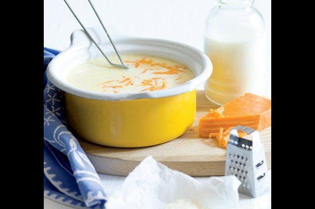 Sýrová omáčka - na másle osmahneme česnek, nebo cibuli,  přidáme mouku, zamícháme, vlijeme mléko. Přivedeme k varu, osolíme, opepříme, vmícháme sýr, až se rozpustí.