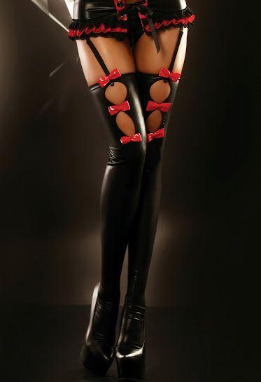 FLAME STOCKINGS  Niesamowicie seksowne pończochy wykonane z czarnej elastycznej tkaniny. Idealnie dopasowują się do nóg, optycznie je wysmuklają i wydłużają. Delikatności dodają im intensywnie czerwone lakierowane kokardki – po trzy na każdej pończoszce.  Dostępne w rozmiarze S/M oraz L/XL. Wyprodukowano w Polsce.