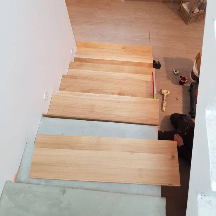 Pose des marches en cours! On va enfin avoir un bel escalier  On le fait faire par un artisan marches en chêne contre marche en mélaminé que l'on va peindre en blanc! Pour la rembarde on pense la prendre en alu noir avec câbles et plexiglas pour le garde corps a l'étage! #homesweethome #construction #escalier #chene #blanc #menuisier #artisan #escalierbeton #habillage #suivremaconstruction #maison2018 #cheznous