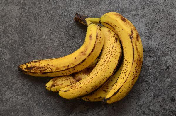 Zelený banán príliš neláka, zrelý banán s hnedými bodkami na šupke tiež nevzbudzuje dôveru. Aký je vlastne medzi nimi rozdiel? Ktorým by sme mali dať prednosť?