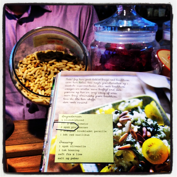 Blomkåls-'couscous'! Det er ikke svært at lave en sundere udgave af couscous med revet blomkål. Få opskriften, som Ditte Ingemann viste i TV2 Lorry forleden dag - eller klik på billedet og se mere fra Dittes nye kogebog SALATER FRA THE FOOD CLUB.