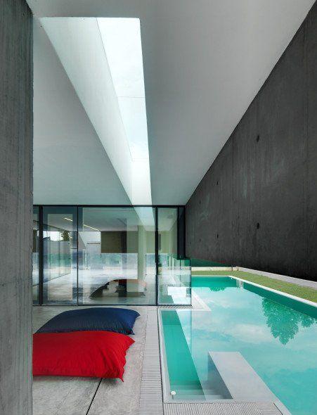 Abitazione Privata Urgnano es una particular vivienda ubicada en Ugnano, Italia. La casa se ordena a través de una geometría ortogonal, en la cual la piscina es un elemento que forma parte de la zonificación de ésta.