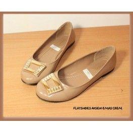 Flatshoes Aksen Emas Crem Bahan Kulit Sintesis