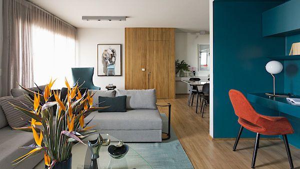 V interiéru bytu se objevuje motiv petrolejově modré barvy, kterou má mladý majitel rád.