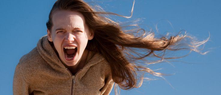 """http://mundodecinema.com/filmes-sobre-adolescencia/ - """"Teen angst"""". O conceito é inglês e pode ser traduzido para algo como """"angústia adolescente"""". De acordo com o dicionário urbano, a expressão está relacionada com o estado depressivo que pode ocorrer durante a adolescência e que é normalmente causado por alterações físicas e pressões sociais. Hormonas aos saltos, stress na escola ou problemas familiares despertam dilemas existenciais e às vezes culminam em episódios mais trágicos."""