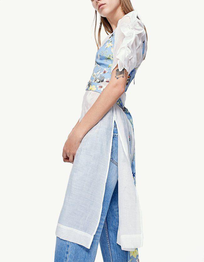 Renueva tu armario con las camisas de rebajas de Stradivarius. Camisas vaqueras, blancas, militares, blusas negras, de lunares o con volantes.