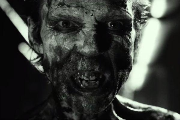 """Un bărbat care se prezintă drept """"Doom-Head"""" pătrunde într-o cameră unde se află…"""