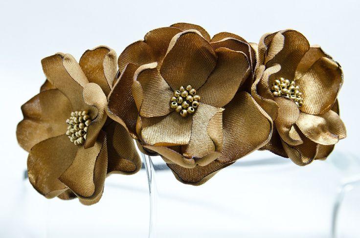Čelenka zlaté květy novinka Originální čelenka s ručně vyrobeným saténovými stříbrnými kvítky Doplněný perličkami a korálky. Velikost květu: š.5cm x 3ks Kovová čelenka stříbrnébarvy ,šíře 0,5cm. Čelenku je možné vyměnit za černou kovovou nebo plastovou .Stačí napsat do poznamek. Květiny jsou více na straně čelenky (nad uchem) Pro pohodlnější nošení je ...