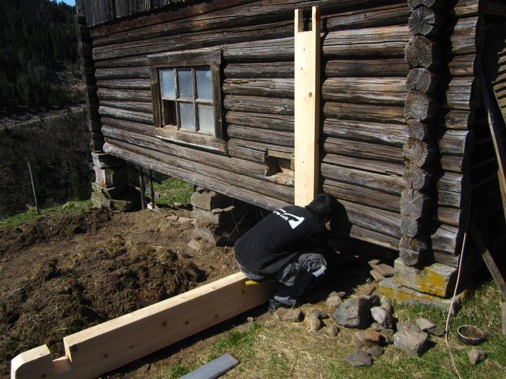 ELDHUSET: Oppsett av stavlaftet hønsegård