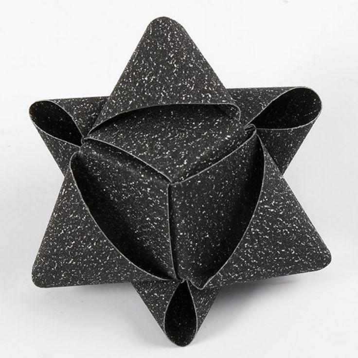 Ein würfelförmiger Stern aus Glitzerpapierstreifen von Vivi Gade | DIY Anleitung