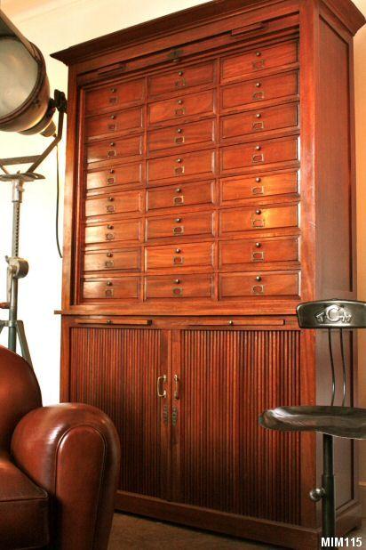 Très beau classeur vers 1930 de marque GRADIAM, très belle facture, rideaux coulissants, 24 clapets en partie haute, une étagère en partie basse, 2 tablettes coulissantes, acajou aspect ciré, poignées laiton,