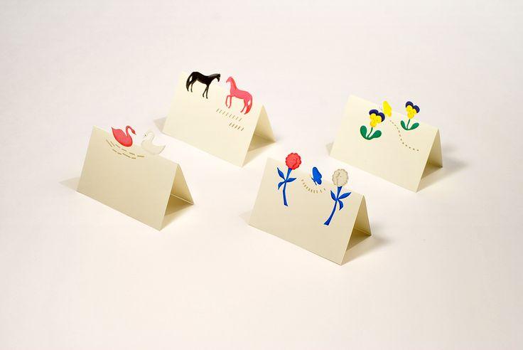 「ギフトミニカード 」贈り物にひと言添えるミニサイズのメッセージカード。二つ折りにすると動物やお花が立ち上がります。プレゼントのリボンに引っ掛けたり、席札として立てて使ったりと幅広い用途でお使いいただけます。