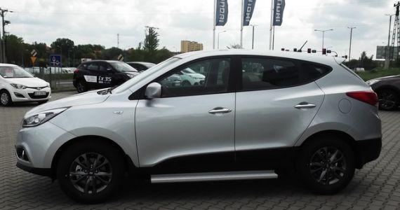 Hyundai ix35 1,6 GDI Benzyna (135) KM Wersja Classic+ Pakiet brasil Kolor RAH Srebrny metalik Wnętrze: Ciemne  Cena samochodu z lakierem  -77,100zł  Plus Promocyjny Pakiet Brasil (zestaw multimedialny Blaupunkt NY 830, osłony zderzaków (przód/tył), stopnie boczne, dywaniki welurowe) o wartości 6 000 PLN w promocyjnej cenie 1 799 PLN Rabat - 3500zł. Cena po rabacie wynosi-75,399zł  http://hyundai.lubin.pl/oferta/hyundai-ix35-2014r/26