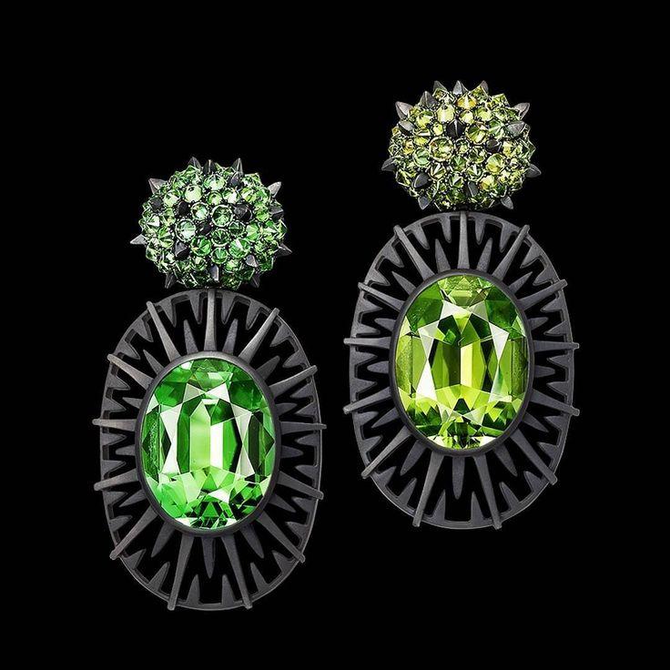 Two tones of green for this pair of mismatched earrings by Hemmerlé  in white gold & silver with tourmalines and demantoides garnets  __________  Dos tonos de verde para este par de pendientes desiguales de Hemmerlé  en oro blanco y plata con turmalinas y granates demantoides  __________  #DeJoyaEnJoya #FromJewelToJewel #JewelryBlog #hemmerle #HemmerleEarrings #HemmerleJewelry #GermanJewelry #verde #GermanDesign #InstaGreen #ThinkInGreen #green #PiensaEnVerde #pendientes #InstaEarrings…
