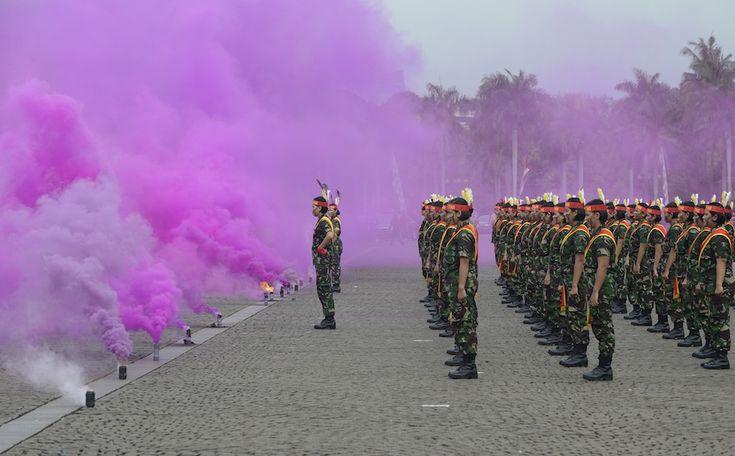 Giacarta, Indonesia. Soldatesse dell'esercito indonesiano durante una dimostrazione in occasione del Kartini Day, la festa delle donne indonesiane in memoria di Raden Ajeng Kartini, eroina nazionale dell'Indonesia, nata nel 1879 e considerata fondamentale per l'emancipazione delle donne del posto. © ADEK BERRY/AFP/Getty Images