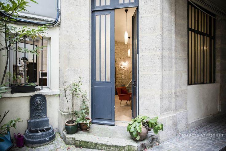 Со двора вход в квартиру украшают цветы в горшках и небольшой фонтан.  (индустриальный,лофт,винтаж,стиль лофт,индустриальный стиль,интерьер,дизайн интерьера,мебель,архитектура,дизайн,экстерьер,квартиры,апартаменты,вход,прихожая) .