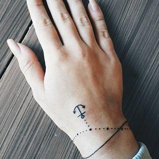 Con efecto de ilusión óptica y en forma de dije. | 19 Tatuajes en forma de pulsera que se verán lindísimos en tu piel