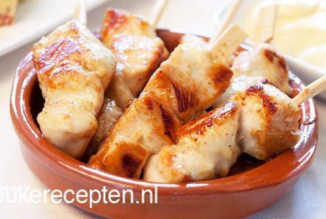 Deze kipspiesjes in een heerlijke marinade van honing en mosterd zijn een lekker hapjes voor een feestje of een gezellig tapasavondje. De spiesjes zijn heel gemakkelijk om te maken en eigenlijk heb je er maar weinig werk aan. Je snijd de kipfilet in kleine stukjes, marineert ze en daarna hoef je ze alleen nog maar bruin te bakken. Ideaal dus! Eet smakelijk!