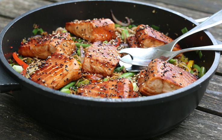 På menyen i dag står en lakserett med japanske smaker. Laksen er marinert i Saitaku teriyakisaus, en saus fra det japanske kjøkken som er laget av soyasaus, sake, risvin og sukker. Sausen benyttes også til å smaksette de wokede grønnsakene. Som tilbehør serverer jeg Saitaku sobanudler