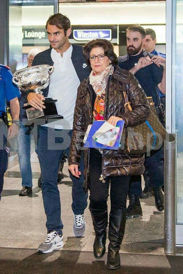 2017 Roger and his Mother aéroport de Zürich - retour du vainqueur de l'Open d'Australie