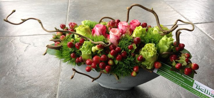 Klassiek bloemstuk met rode Hypericumbessen.