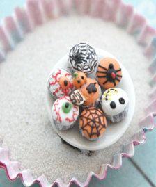 dieser Ring bietet eine Miniatur-Platte, geschmückt mit handgefertigten Halloween Motto Muffins aus fimo geformt.  die Platte misst über einen Zoll im Durchmesser und eine einstellbare Ring, der meisten Ring-Größen passt sicher befestigt ist.