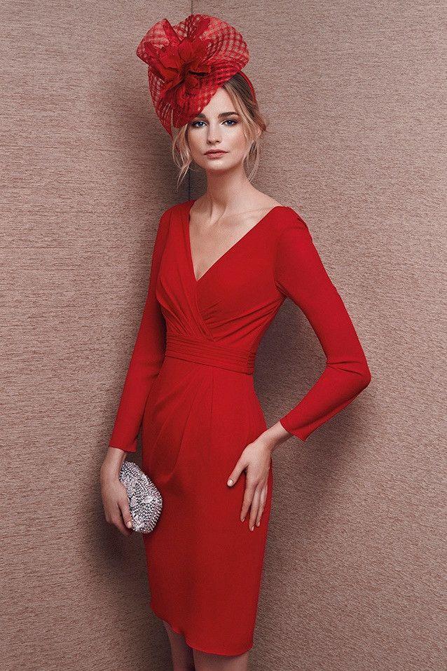 Vestido de madrina cortocorto color rojo con mangas realizado en georgette con precioso escote en espalda.Colección It´s my party. ...