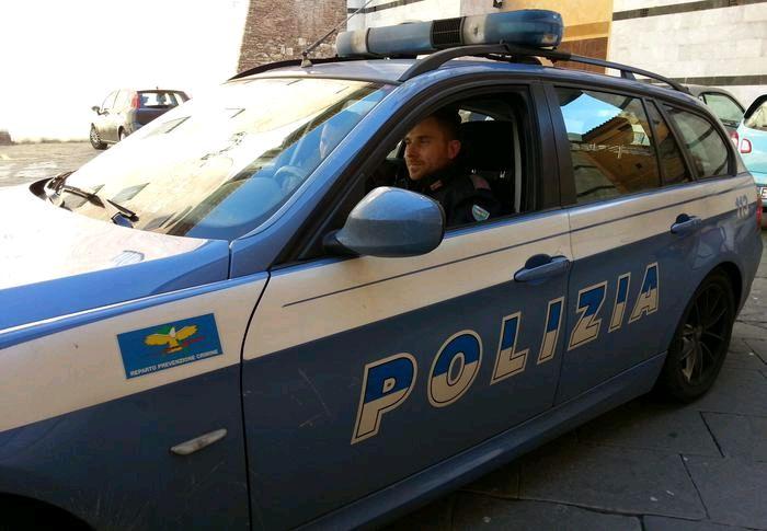 Padre con figlio problematico chiede aiuto a Polizia.Agente lo calma - http://www.sostenitori.info/padre-figlio-problematico-chiede-aiuto-polizia-agente-lo-calma/228582