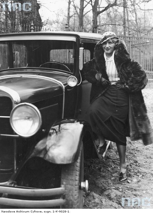 Aktorka Kazimiera Skalska stoi przy swoim samochodzie. 1933