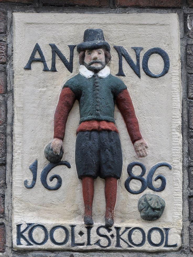 GOUDSBLOEMSTRAAT 85 Gevelsteen met een staande man, onderschrift KOOL IS KOOL ANNO 1686 In juni 1615 werden in dit deel van de Jordaan door de overheid de stadserven uitgegeven. Koper van erf nr. 6 in de Goudsbloemstraat, breed 20 voet en lang 50 voet, is Andries Olffersz. Hij bebouwd het erf want als hij in 1624 zijn bezit verkoopt luidt de omschrijving: 'een huis en erf in de Goudsbloemstraat, zuidzijde, met een gang daarnaast van 4 voet breedte; het erf breed 20 voet, en lang omtrent 5...