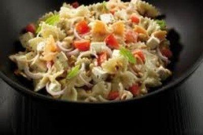 Koude pastasalade is een lekker recept en bevat de volgende ingrediënten: 500 gram pasta bv. fussilli of penne, 1 bosje bieslook, 300 g spekreepjes of 450 g blokjes kip of kalkoen, 150 g hamblokjes, 1 komkommer, 4 tomaten, 1 ui, 6 eetl. olijf/zonnebloem- olie, 2 eetl. azijn, 1 rijpe meloen, 1 bakje water- of tuinkers, peper, zout