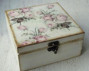 Mano había decorada caja de té madera. Exterior están meticulosamente decoradas en decoupage, utilizando materiales ecológicos y protegidos con varias capas de barniz acrílico. Tiene cuatro secciones para bolsitas de té dentro.  Medidas: 16 cm x 16 cm (aprox. 6.3 en x en 6,3) Medidas de sección única para bolsitas de té: 7 x 7 cm, altura 7 cm (2,75 pulgadas)  Una caja de té hermosa perfecta para un regalo a alguien o a ti mismo.  Artículo se hace a petición del cliente por lo que puede…