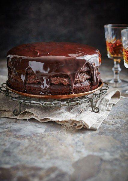 Шоколадный торт из ... свеклы » Кулинарные рецептыы Для торта: 200 г темного шоколада (70%) 4 столовых ложки горячего эспрессо 200 г сливочного масла 135 г муки 1 чайная ложка разрыхлителя 3 столовых ложки какао-порошка 5 яиц, 200 г сахарной пудры 250 г свеклы, Для крема: 300 г сахарной пудры 150 г размягченного сливочного масла 100 мл жирных сливок 50 г какао-порошка Для глазури: 200 г темного шоколада (70%) 200 мл жирных сливок