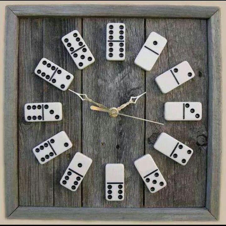 Reloj mural con fichas de dominó