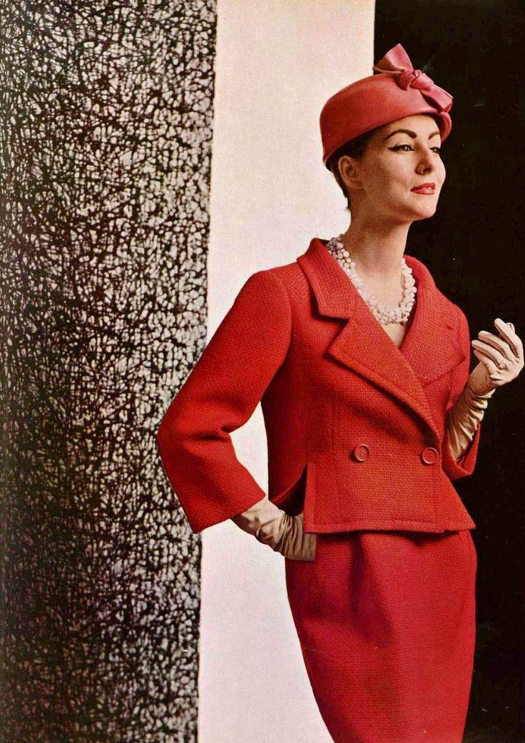 Modelo en traje clásico elegante en rojo de lana tejido de cesta por Balenciaga, foto por Philippe Pottier, 1957: