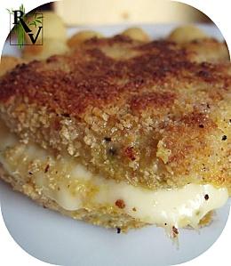 Cordon Bleu : 2 x 125g tofu nature + 2 gdes tranches jambon fumé végé + 2 grosses tranches de fromage + chapelure + 1 oeuf + S+P = Égoutter, rincer, coupez tofu ds l'épaisseur. Plier jambon en 2, glissez fromage à l'interieur. Placer au milieu du tofu. Battre oeuf + S+P ds assiette creuse. Remplir autre assiette de chapelure. Tremper ds oeuf, puis enrober de chapelure.  5] Faîtes-les dorer à la poêle dans un fond d'huile sur toutes les faces. Servir chaud avec des féculents et/ou des…