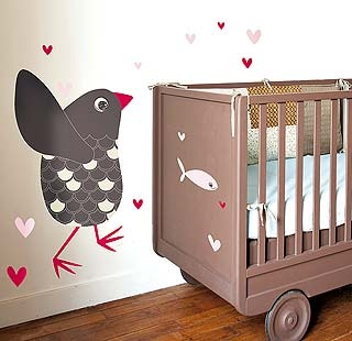 Utiliza el vinilo de la pared para decorar también la cuna, la cómoda o, incluso, el armario...