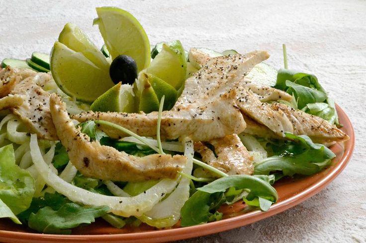 Insalata fresca con pollo alla griglia, crudite' di finocchi e cetrioli al profumo di lime