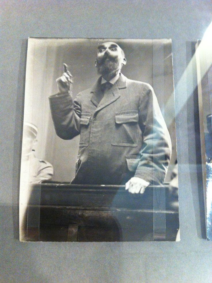 """Henri Désiré Landru 1869 - 1922) fue un famoso asesino en serie francés, también conocido como el """"Barba Azul de Gambais"""". Actuó entre 1915 y 1919. La policía calculó entre 117 y 300 el número de mujeres asesinadas por Barba Azul. Landru fue guillotinado en la cárcel de Versailles."""