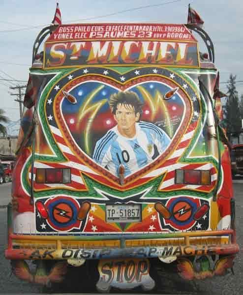 ハイチの首都ポルトープランスを走る派手なバス。2010年の年間最優秀選手「FIFAバロンドール」に選ばれたアルゼンチン代表FWリオネル・メッシ=バルセロナ=の絵が描かれている。2010年1月のハイチ大地震から1年。今も避難所生活を続ける人の数は130万人といわれる(2011年01月09日) 【撮影=堀川諭 】 ▼9Jan2011時事通信|復興のエース プレミアム写真館 2011年01月 http://www.jiji.com/jc/pp?d=pp_2011&p=201101-photo31 #Lionel_Messi #Port_au_Prince