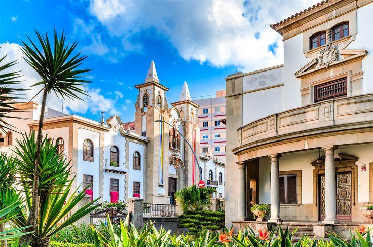 Die Pfarrkirche von San José Neben der imposanten Villa im Vordergrund sehen wir die Parroquia de San José. Diese Pfarrkirche von San José befindet sich in der Méndez Núñez Straße neben der Rambla de Santa Cruz, im Zentrum der Stadt. Die Kirche ist an den Seiten und im Rücken von Wohngebäuden umgeben. Ihre neoklassizistische Fassade besticht durch zwei Glockentürme. Es ist eine der schönsten und wichtigsten Sakralbauten der Stadt.