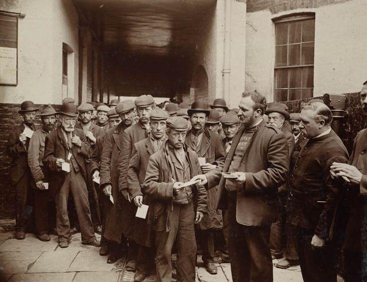 Uomini che durante la notte avevano ricevuto biglietti per la colazione gratuita, in fila difronte alla sede dell'Esercito della Salvezza. Londra, 1902. © Henry E. Huntington Library